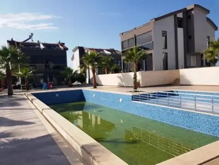 Didim Efeler Mah. Havuzlu Sitede Satılık 4+1 Ayrı Mutfak Villa